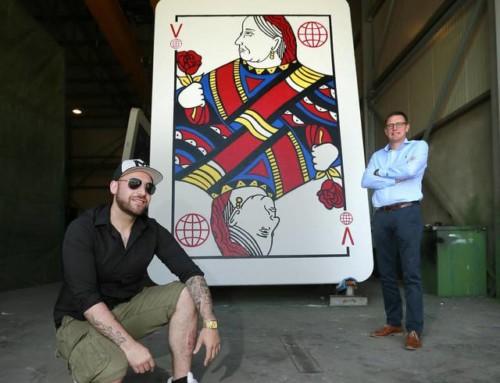 Kunstenaar bouwt (VB)betonnen kaartenhuis